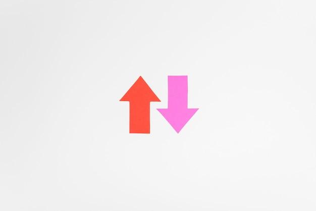 Bovenaanzicht roze en rode pijlen Gratis Foto