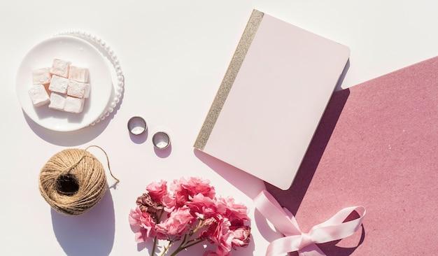 Bovenaanzicht roze en witte bruiloft arrangement Gratis Foto