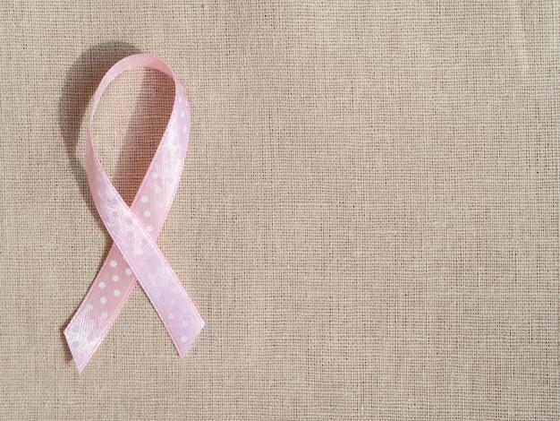 Bovenaanzicht roze lint op zak textuur Gratis Foto