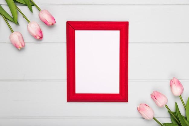 Bovenaanzicht roze tulpen naast frame Gratis Foto