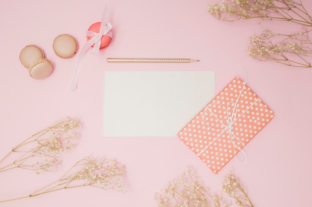 Bovenaanzicht roze verjaardag items Gratis Foto