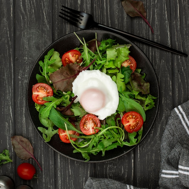 Bovenaanzicht salade met gebakken ei Gratis Foto
