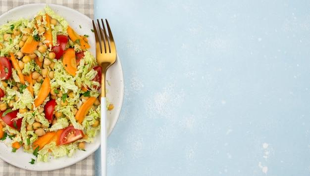 Bovenaanzicht salade met kikkererwten en kopie-ruimte Gratis Foto