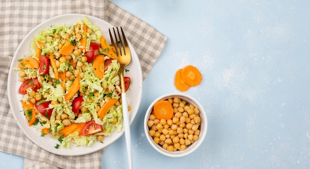 Bovenaanzicht salade met kikkererwten, wortelen en kopie-ruimte Gratis Foto