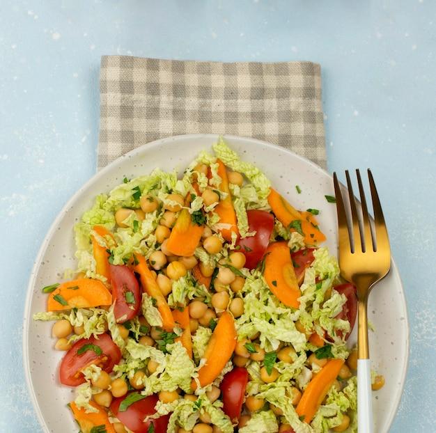 Bovenaanzicht salade met kikkererwten Gratis Foto