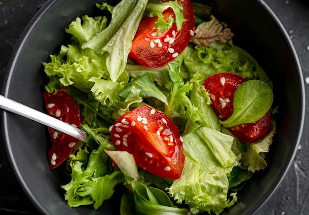 Bovenaanzicht salade met verschillende ingrediënten close-up Gratis Foto