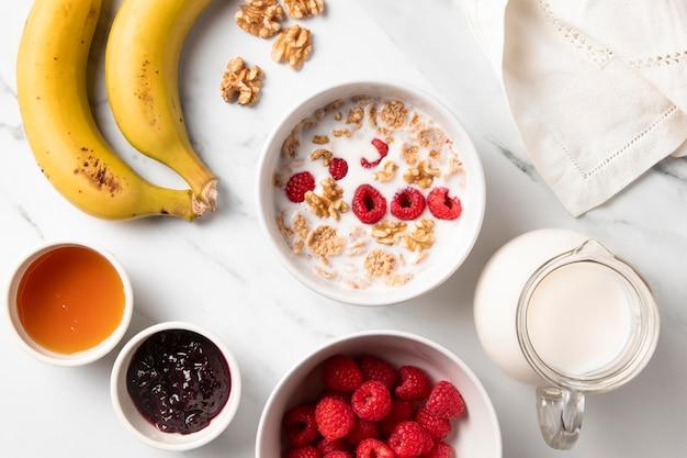 Bovenaanzicht samenstelling van gezonde komgranen en ingrediënten Premium Foto