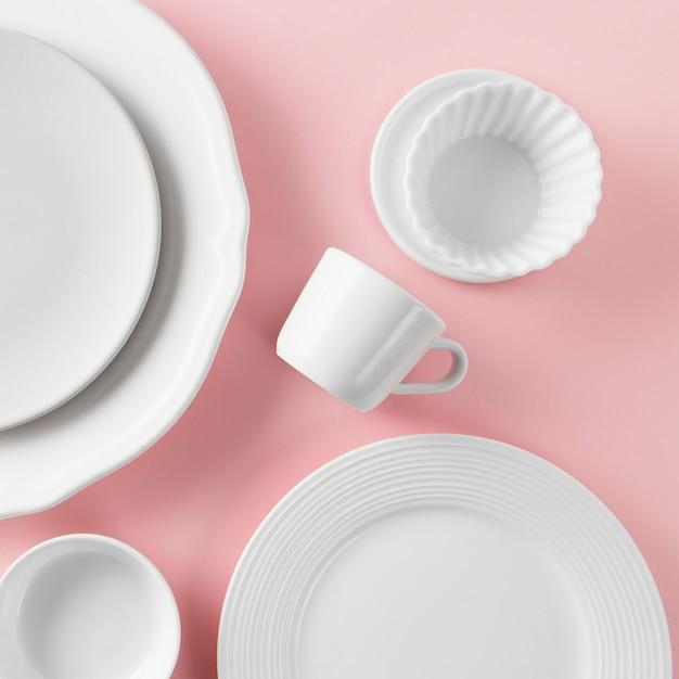 Bovenaanzicht samenstelling van mooi serviesgoed op tafel Gratis Foto