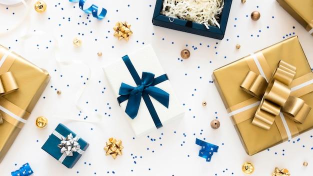Bovenaanzicht samenstelling van verpakte cadeautjes Gratis Foto