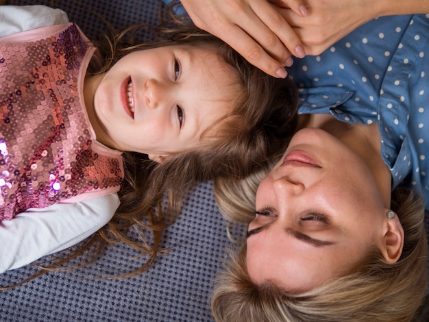 Bovenaanzicht schattig jong meisje en moeder samen Gratis Foto