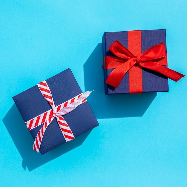 Bovenaanzicht schattige geschenken op blauwe achtergrond Gratis Foto