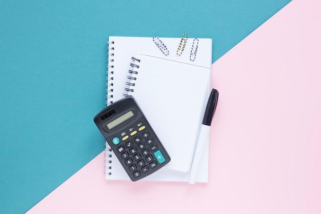 Bovenaanzicht school minimalistische briefpapier items Gratis Foto