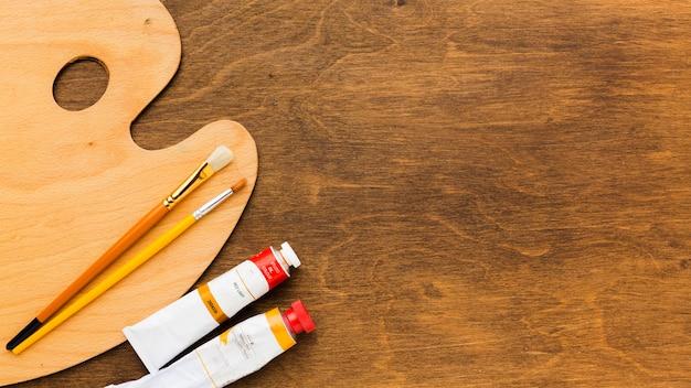 Bovenaanzicht schoon kleurenpalet en borstels Gratis Foto
