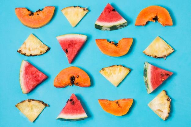 Bovenaanzicht selectie van plakjes watermeloen en ananas Gratis Foto