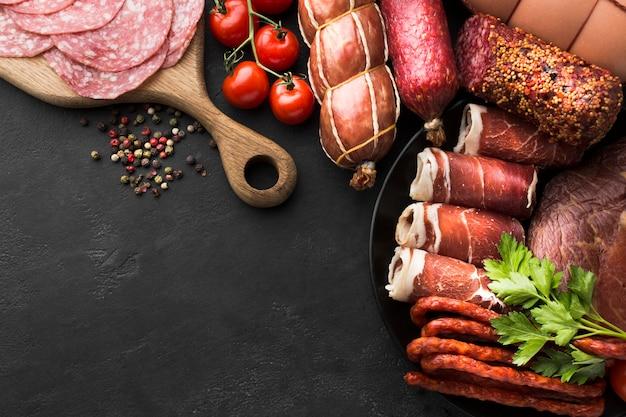 Bovenaanzicht selectie van vers vlees op de tafel Gratis Foto