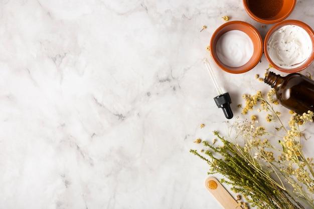 Bovenaanzicht serum en cup met zachte room Gratis Foto