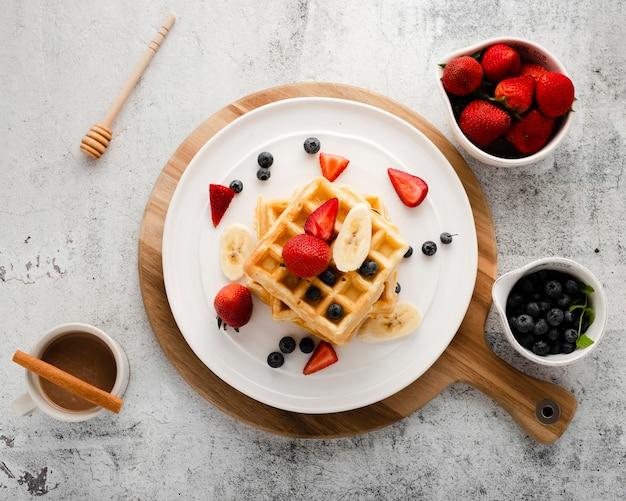 Bovenaanzicht set wafel met fruit Gratis Foto