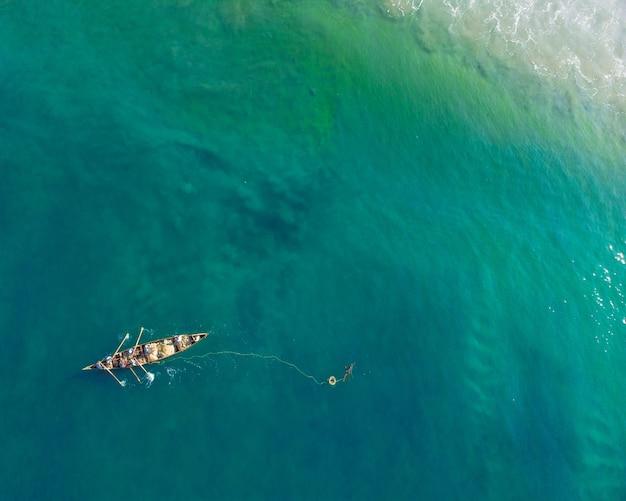 Bovenaanzicht shot van mensen in een boot vissen in varkala beach Gratis Foto