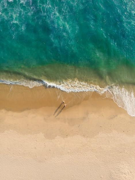 Bovenaanzicht shot van mensen lopen op het strand van varkala Gratis Foto