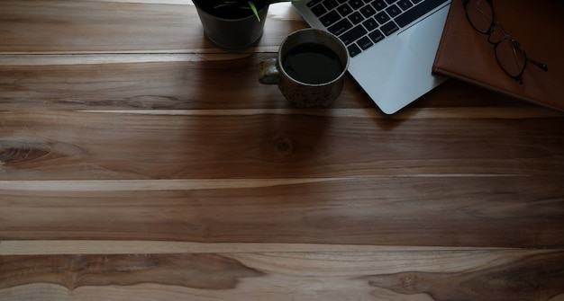 Bovenaanzicht shot van office-bureaublad met laptop en kopie ruimte Premium Foto