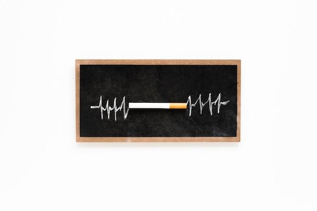Bovenaanzicht sigaret op een schoolbord Gratis Foto