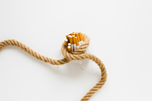 Bovenaanzicht sigaretten gebonden door een touw Gratis Foto