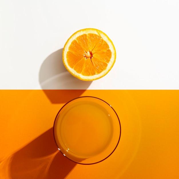 Bovenaanzicht sinaasappelsap met fruit Gratis Foto