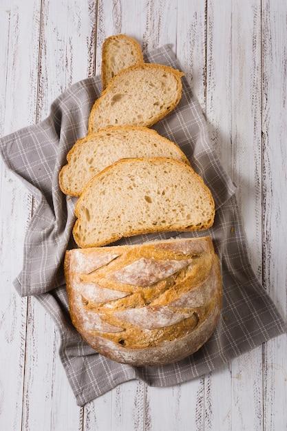 Bovenaanzicht smaakvolle sneetjes brood Gratis Foto