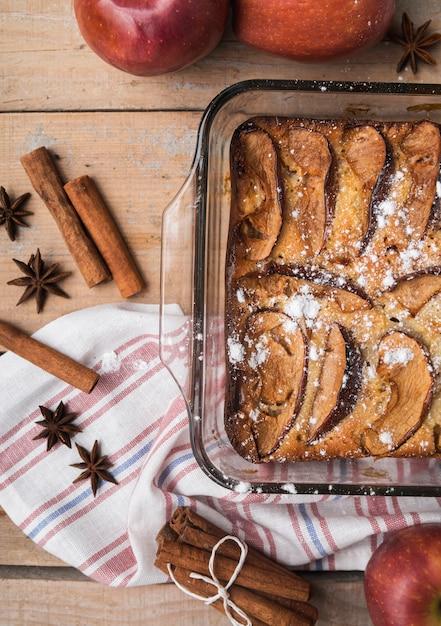 Bovenaanzicht smakelijke cake met suiker Gratis Foto