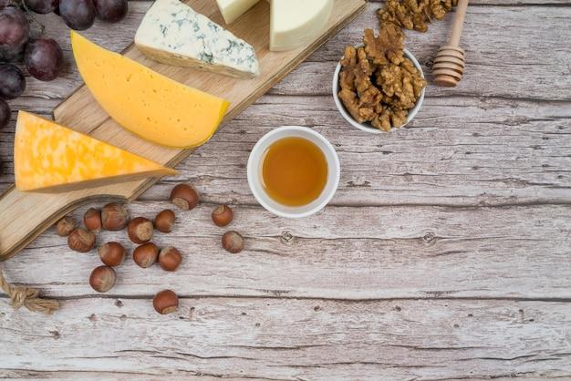 Bovenaanzicht smakelijke kaas op de tafel met kopie ruimte Gratis Foto