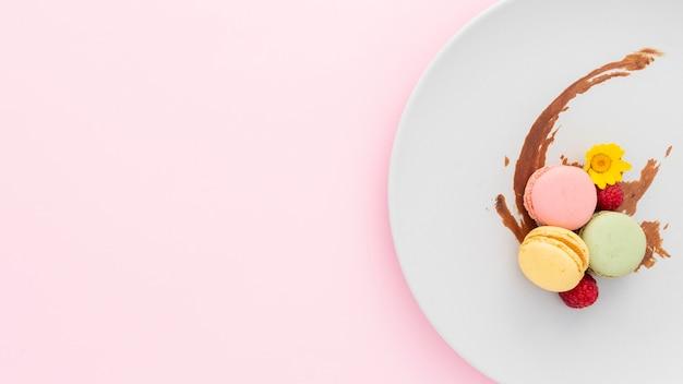 Bovenaanzicht smakelijke macarons met kopie ruimte Gratis Foto