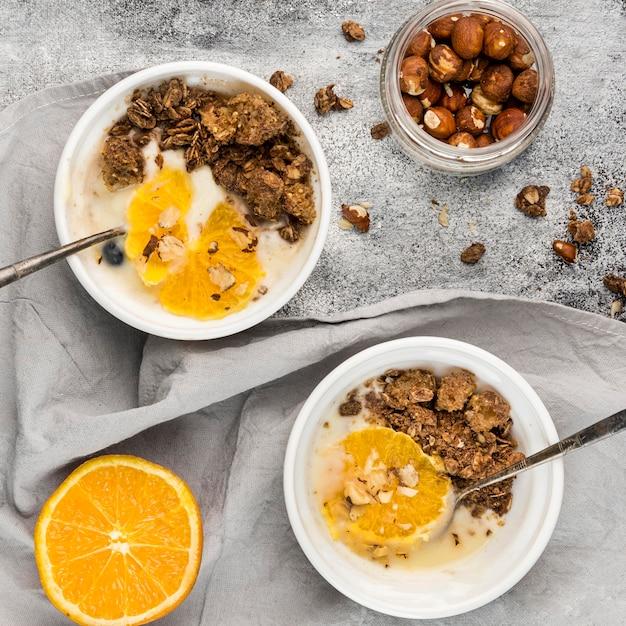 Bovenaanzicht smakelijke ontbijtkommen met fruit Gratis Foto