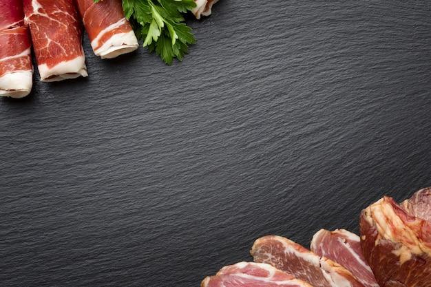 Bovenaanzicht smakelijke verscheidenheid van vlees met kopie ruimte Gratis Foto