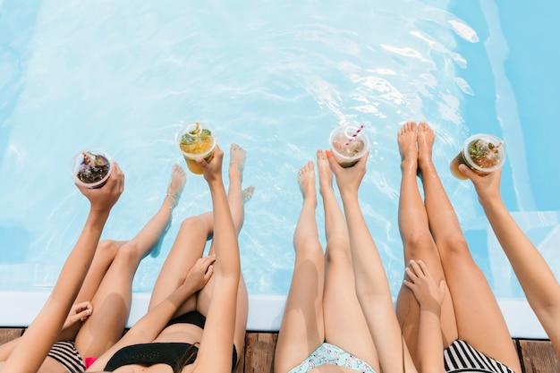 Bovenaanzicht smoothies boven zwembad Gratis Foto