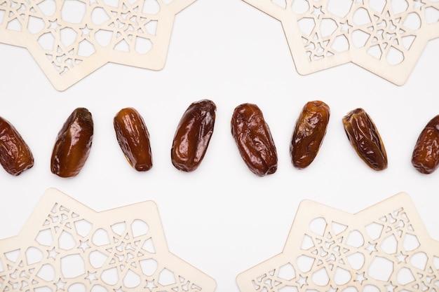 Bovenaanzicht snacks uitgelijnd op tafel voor ramadan Premium Foto