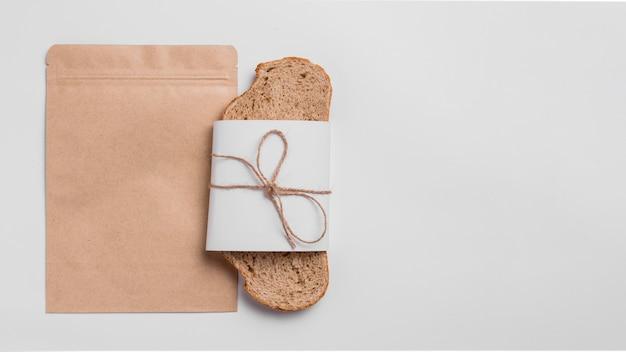 Bovenaanzicht sneetje brood met verpakking en kopie ruimte Gratis Foto
