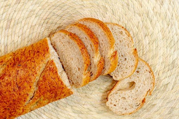 Bovenaanzicht sneetjes brood bakken Gratis Foto