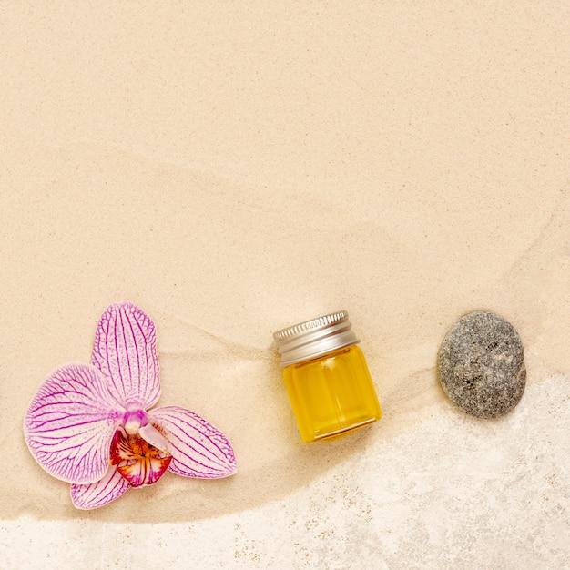 Bovenaanzicht spa arrangement met olie en bloem Gratis Foto