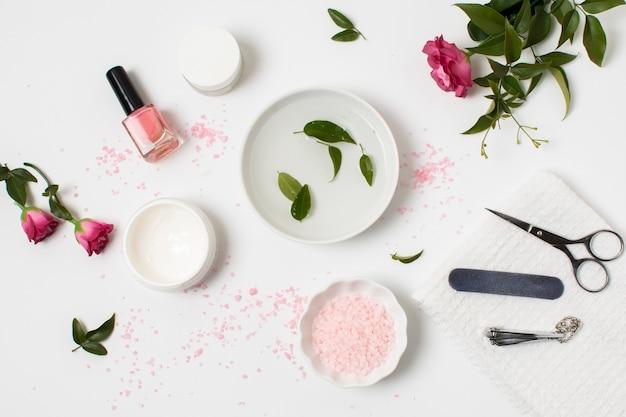 Bovenaanzicht spa concept met nagellak en roos Gratis Foto