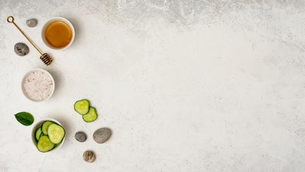 Bovenaanzicht spa frame met gesneden komkommer Gratis Foto