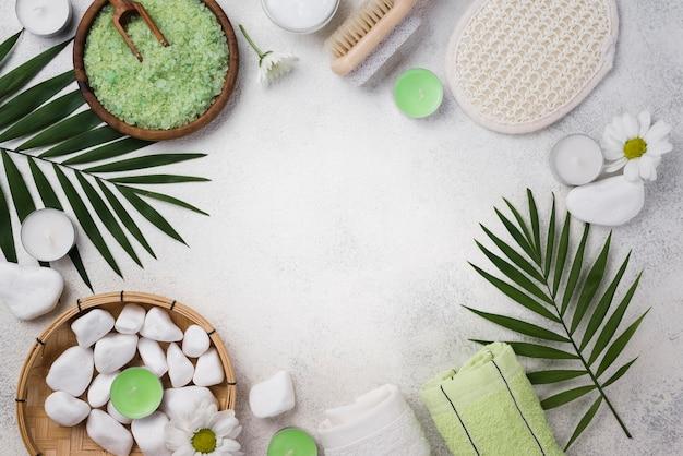 Bovenaanzicht spa handdoeken met stenen op de tafel Gratis Foto
