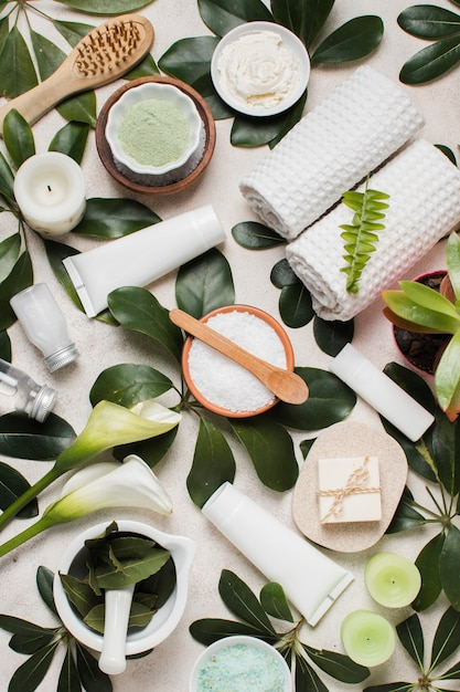 Bovenaanzicht spa samenstelling met groene bladeren Premium Foto
