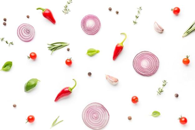 Bovenaanzicht specerijen en uienringen Gratis Foto