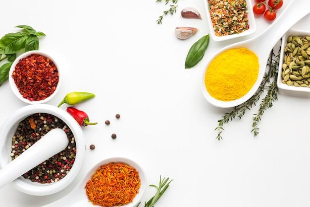 Bovenaanzicht specerijen poeder en specerijen Gratis Foto