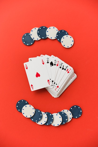 Bovenaanzicht speelkaarten met pokerchips Gratis Foto