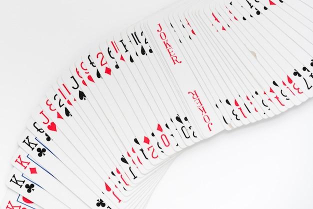 Bovenaanzicht speelkaarten op witte achtergrond Gratis Foto