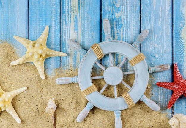 Bovenaanzicht ster vissen het wiel van de zeeman kapitein op blauwe houten planken Premium Foto