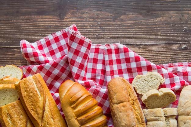 Bovenaanzicht stokbrood assortiment op een doek Gratis Foto