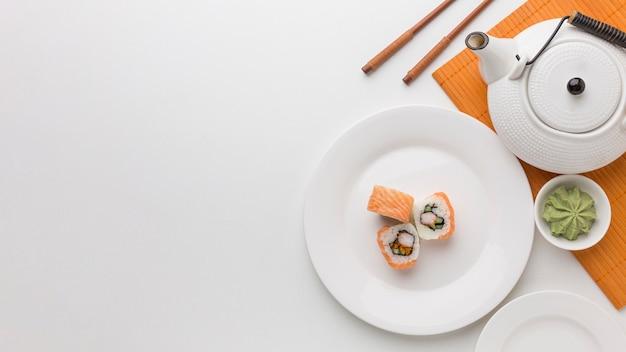 Bovenaanzicht sushi rolt en wasabi met kopie ruimte Gratis Foto
