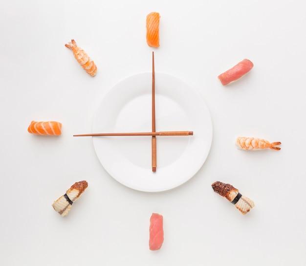 Bovenaanzicht sushi selectie met stokjes Premium Foto